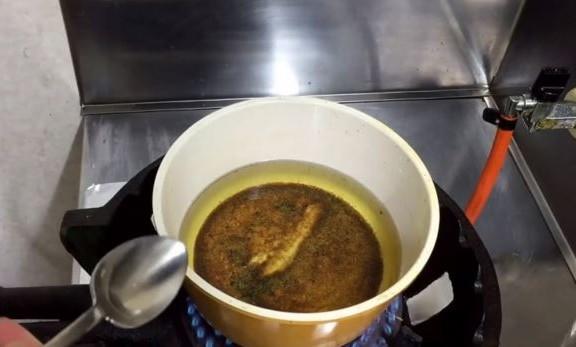 วิธีกำจัดตะกอนน้ำมันพืชที่ใช้แล้ว เป็นเคล็ดลับง่ายๆที่เราสามารถทำได้ในครัวเรือน
